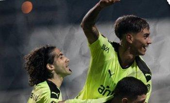Facundo Torres celebra el gol de Peñarol contra Wanderers junto a Agustín Álvarez Martínez y Matías Britos
