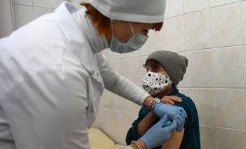 Un trabajador de la salud administra a una mujer una dosis de la vacuna rusa Sputnik V (Gam-COVID-Vac) contra el Covid-19, en un centro de vacunación en San Petersburgo mientras Rusia lanza un masivo plan de vacunación para personas en situación de calle.