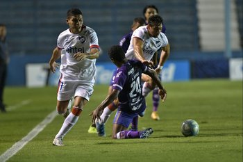 Ocampo y Méndez superan a Álvez