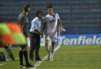 Giordano le da indicaciones a Martínez