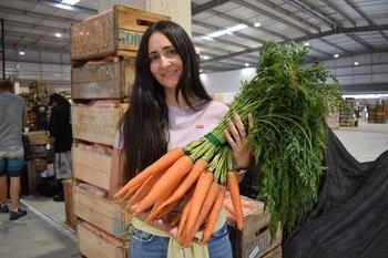 Antonella Gordillo y las zanahorias de regalo para Lacalle Pou y Cosse.