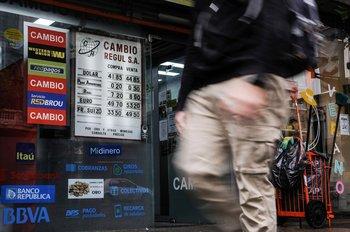En la semana, el billete verde se apreció 0,7% frente el peso uruguayo y dejó una suba mensual de2% para febrero.