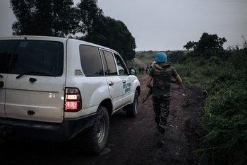 Soldados marroquíes patrullan la carretera en el Parque Nacional Virunga, a 25 km de Goma