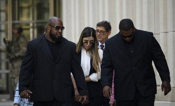 """Emma Coronel Aispuro, esposa del """"Chapo"""" Guzmán, camina por fuera de la Corte Federal de Brooklyn luego de que su marido fuera arrestado"""