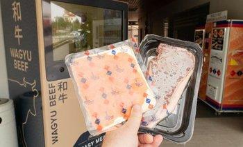 Así se ven los paquetes de salmón y carne Wagyu recién salidos de la máquina dispensadora