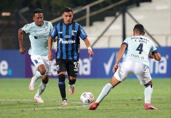 Agustín Ocampo encara a Kevin Minda
