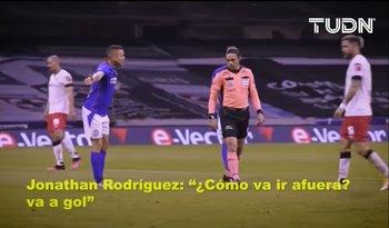 Captura del video de la charla de Jonathan Rodríguez con el árbitro del partido que protagonizó un blooper en Cruz Azul y Toluca