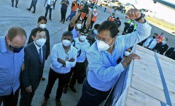 El presidente de Bolivia recibe el cargamento de 500 mil vacunas procedentes de China