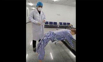 Un trabajador de la salud chino muestra cómo funciona el test anal de coronavirus