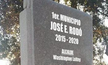 El monolito lleva los nombres de la primera gestión municipal: alcalde, concejales e intendente