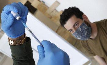 Un hombre recibe una dosis de la vacuna de Pfizer contra el covid-19 en Israel