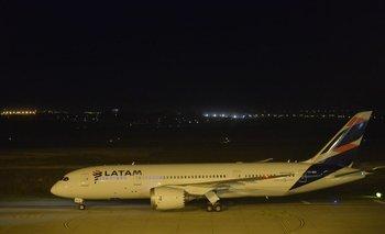 El avión de Latam aterrizando en Carrasco