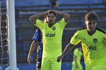 Volvió David Terans en Peñarol y el arquero Lentinelly de Liverpool le sacó lo que hubiera sido el 2-1