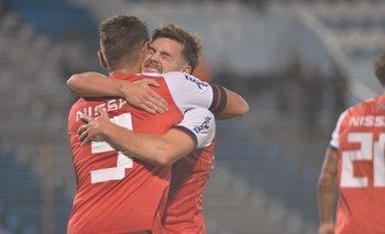 Alfonso Trezza parece agradecerle a Bergessio por un nuevo gol y un nuevo triunfo de Nacional