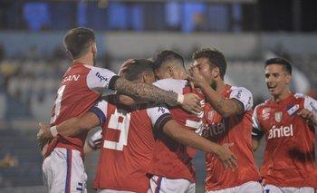 El abrazo de los jugadores de Nacional que le ganó con lo justo a Cerro