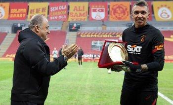Fernando Muslera recibió una plaqueta de manos del técnico de Galatasaray, Fatih Terim, debido a que se transformó en el primer jugador extranjero en jugar 300 partidos en la Superliga turca