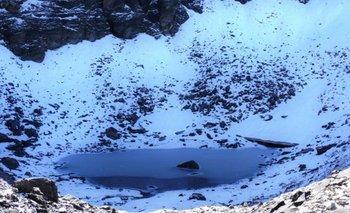 El lago Roopkund se sitúa en la parte inferior de una empinada ladera en Trisul, un grupo de tres picos en el Himalaya