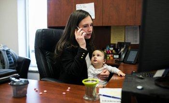 Kristin Jennings, de 33 años, en su trabajo en Mentor, Ohio, durante una inusual visita a la oficina con su hija de 11 meses, Jade