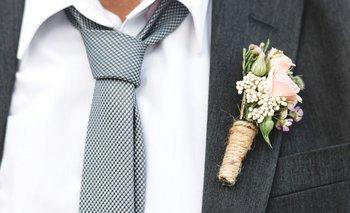 Arreglos de un novio en una boda