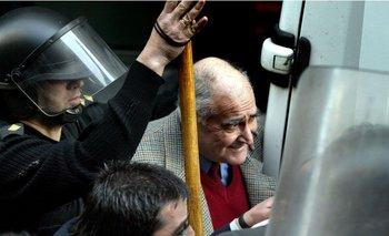 José Gavazzo a la salida de un juzgado en Montevideo