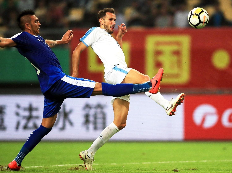 Uruguay goleó a Uzbekistán y se acercó al título