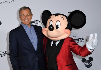 El presidente de Disney, Bob Iger, junto a Mickey Mouse