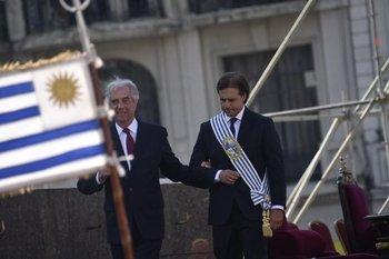 Luis Lacalle Pou ya asumió y acompaña del brazo al presidente saliente, Tabaré Vázquez