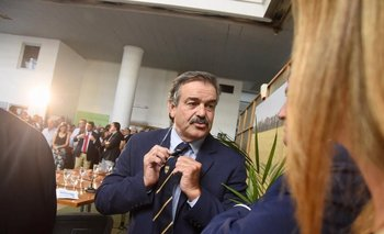 Carlos María Uriarte lució una corbata de la Universidad Lincoln de Nueva Zelanda, donde realizó parte de sus estudios.