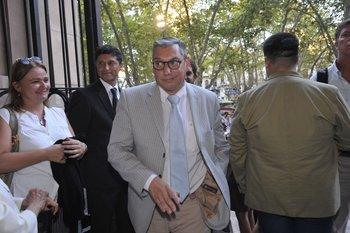 El embajador uruguayo en Argentina, Carlos Enciso, salió este domingo de CTI tras estar internado una semana por un cuadro grave de covid-19
