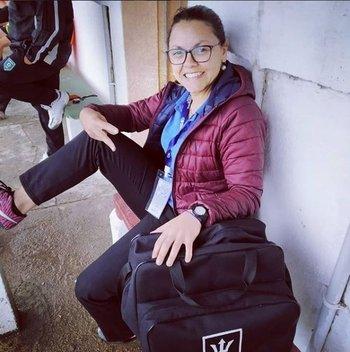 Yovana con su bolso, pronta para entrar a la cancha