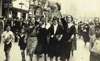 Grupo de mujeres en una protesta ante un crimen cometido durante la dictadura de Gabriel Terra; Montevideo, 1933
