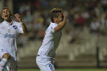 Bergessio celebra el gol al minuto de juego