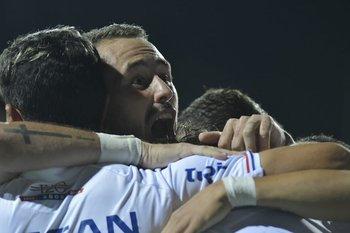 Amaral se abraza con sus compañeros tras el gol