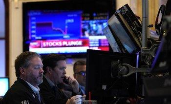 Las acciones en Wall Street iniciaron la semana con fuertes caídas.