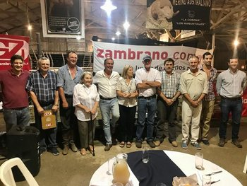 Cabañeros e integrante de Zambrano & Cía al finalizar las ventas en la Asociación Agropecuaria de Salto.