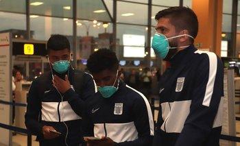 Jugadores de Alianza Lima con barbijos en el mes de marzo, cuando viajaron a Buenos Aires