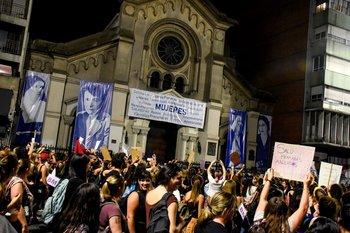 Mujeres protestan frente a la Iglesia del Cordón.