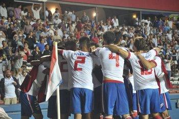 Los futbolistas de Nacional festejan frente a la gente.