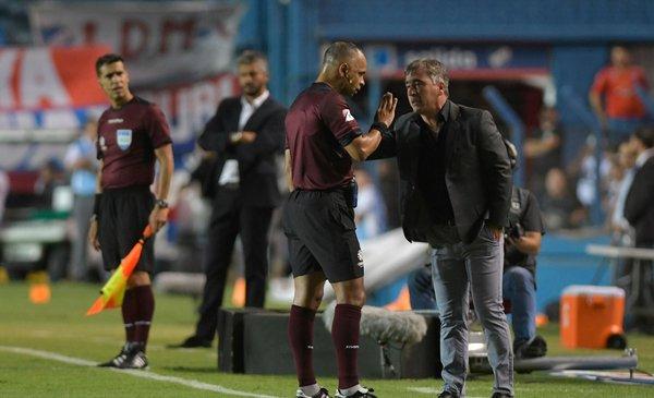 Nacional bajó del avión a DT rival que lo exponía a quedar fuera de la Copa