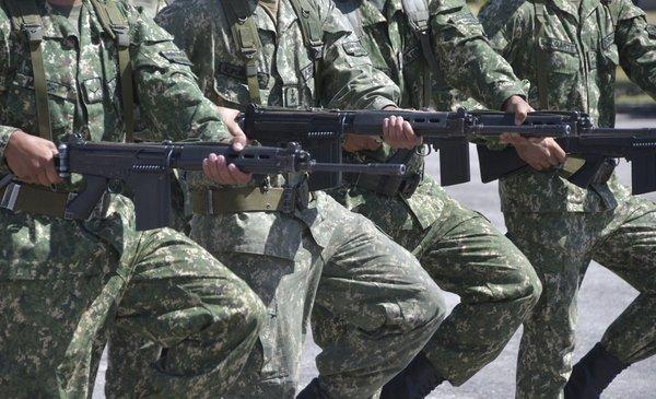 militares fueron condenados por resistir a arresto
