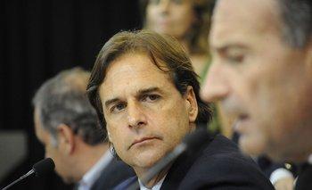 Luis Lacalle mira al ministro de Salud durante la conferencia de este viernes