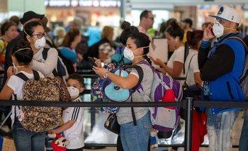 En aeropuertos de todo el mundo, pasajeros usan tapabocas debido al coronavirus