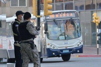 Policías con medidas sanitarias en el patrullaje de la ciudad