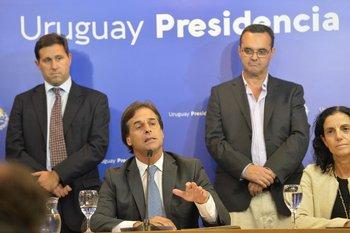 El presidente de BCU, Diego Labat, el presidente Lacalle Pou, el ministro de Desarrollo Social, Pablo Bartol, y la ministra de Economía, Azucena Arbeleche