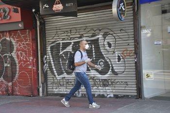 Un hombre camina con tapaboca por el centro de Montevideo