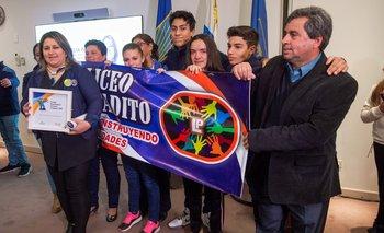 Cecila Paz junto a sus alumnos del liceo Pintadito de Artigas recibe la premiación de la fundación Reaching U