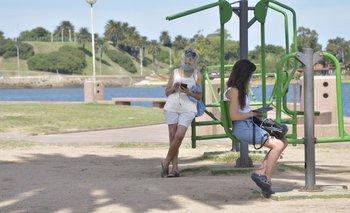 Jóvenes en las hamacas de la rambla de Montevideo