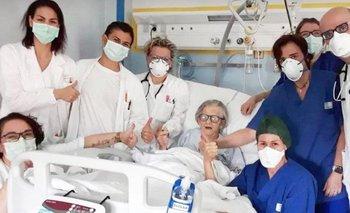 Alma Clara Corsini junto al equipo médico que le atendió en el hospital de Pavullo, en Módena, Italia.