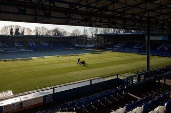 El cuidador Michael Curtis, quien siguió manteniendo el campo después de que el equipo de fútbol Bury FC, de más de un siglo de antigüedad, tuvo que cerrar su estadio, en Bury, Inglaterra, el 29 de noviembre de 2019