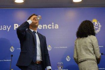 Lacalle Pou tomando agua durante una rueda de prensa